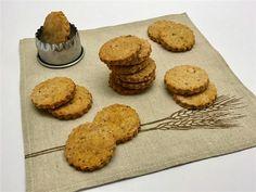"""Biscottini salati da accompagnare all'aperitivo o da sgranocchiare come sano spuntino spezzafame. Semplici da preparare, questi biscottini proposti da Sara Papa nel suo libro """"Il pane d…"""