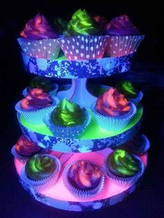 Black light glowing cupcakes and stand. The key to 'glow in the dark' cupcakes, you ask?Best neon lighting ideas, an original neon lighting ideas, wonderful neon, Neon cupcakes. Glow In The Dark Cupcakes, Neon Cupcakes, Glow In Dark Party, Glow Party, Black Light Party Ideas, Dance Cupcakes, Galaxy Cupcakes, Party Cupcakes, Yummy Cupcakes