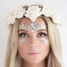 Pin van leila meidinger op festival - glitzer make up, zahnfee kostüm en fa Fairy Makeup, Makeup Art, Gem Makeup, Makeup Ideas, Jewel Makeup, Mermaid Fantasy Makeup, Mermaid Costume Makeup, Mermaid Makeup Tutorial, Alien Makeup