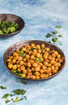 Prażona ciecierzyca po indyjsku - zdrowy zamiennik chipsów Healthy Deserts, Healthy Recipes, Chana Masala, I Foods, Tofu, Food Photography, Recipies, Health Fitness, Appetizers