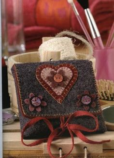 This sight is in Spanish, I think this is a purse. Cute, love the heart applique.