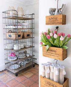 @drivenbydecor's wall crates add the perfect amount of charm! Would you try this in your home? 🌷
