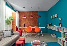 A sala de jantar e de estar tem peças assinadas e cores descontraídas. Projeto do Studio Guilherme Torres
