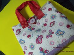 COMO FAZER BOLSA LANCHEIRA Hand Lettering Alphabet, Simple Bags, Fabric Bags, Girls Bags, Sewing For Kids, Craft Tutorials, Purses And Bags, Sewing Projects, Patches