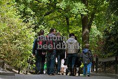 mensen wandelen in een park