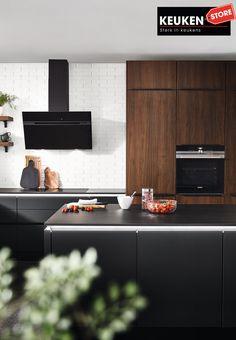 De zwarte keuken is anno 2021 heel populair. Begrijpelijk want zwart is chique, stoer, maar ook modern en industrieel! Kies voor een volledig zwarte keuken, inclusief keukenblad, of maak een mooie combi met bv. hout. Keuze te over! #zwartekeuken #industrielekeuken #modernekeuken #2021 #exlusievekeuken #keuken #keukeninspiratie #luxekeuken #populairekeuken #interieurinspiratie #wooninspiratie #stijlvollekeuken #stoerekeuken #keukenstore Flat Screen, Blood Plasma, Flatscreen, Dish Display