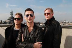 Depeche Mode auf Tour 2013 - Depeche Mode, die subversivste elektronische Popband, präsentiert mit ihrer Welttour 2013 ihr bisher ambitioniertestes Live-Projekt. Die Band, die sich stets neu erfunden hat, erreichte mit rund 15 Millionen Konzertbesuchern rockhistorische Dimensionen. Ihre Auftritte haben sich zu Festen kollektiver Euphorie und uneingeschränkter Zuneigung entwickelt. Herzstück der Europatour, die 34 Konzerte in 25 Ländern beinhaltet, ist Deutschland mit sieben…