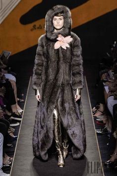 View all the catwalk photos of the Fendi haute couture fall 2015 showing at Paris fashion week. Fur Fashion, Couture Fashion, Fashion Show, Fashion Guide, Catwalk Fashion, Fetish Fashion, Fashion Fall, High Fashion, Paris Fashion Week 2015