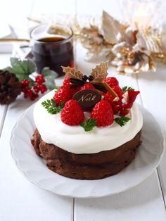 材料たった2つ!ほろ溶けチョコケーキ〜クリスマスバージョン by きゃらきゃら(小林睦美) 「写真がきれい」×「つくりやすい」×「美味しい」お料理と出会えるレシピサイト「Nadia | ナディア」プロの料理を無料で検索。実用的な節約簡単レシピからおもてなしレシピまで。有名レシピブロガーの料理動画も満載!お気に入りのレシピが保存できるSNS。 Christmas Goodies, Holiday Baking, I Foods, Food Art, Love Food, Panna Cotta, Cake Recipes, Cheesecake, Cupcakes