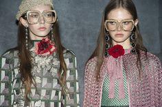 Lunettes XXL, bijoux et fleurs au défilé Gucci