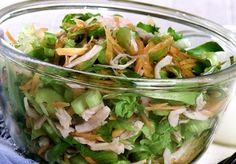 Em 15 minutinhos a salada de folhas com peito de peru com molho de iogurte estará pronta. Prato saudável e ideal