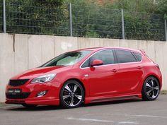 Voir cette image sur PhotosCar: 2011 Senner Opel Astra Sur le plan stylistique, Senner Tuning propose de rendre plus agressive l'Opel Astra en lui greffant par exemple une nouvelle grille de calandre au ton noir mat, spoiler avant, jupes latérales et autre diffuseur ou spoiler de toit.  Un kit de ressorts courts KW diminue la garde au sol. En complément, l'Astra est chaussée en 235/35 Vredestein Ultrac Sessanta et adopte des jantes de 19 pouces...