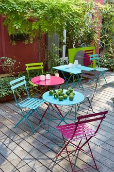 Un salon de jardin coloré