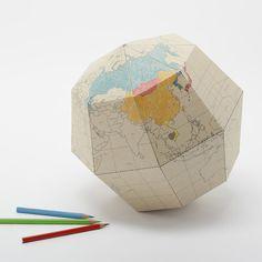 Un globo terráqueo de cartón que podrás montar y hacer único coloreándolo y dibujándolo. Aprende acerca de la estructura de la Tierra mientras ensablas el núcleo y la superficie. Este globo terráqueo está diseñado para que, cuando lo termines de montar, esté inclinado exactamente igual que el eje del planeta: 23,4 grados.