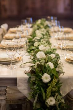 We love garland style centre pieces! Photography: Retrospect Images - retrospectimages.com Read More: www.stylemepretty...