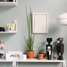 Decoración detallista y llena de devoción por los maestros del diseño, en las oficinas de Vitra diseñadas por Sevil Peach. #DomésticoShop #design #designinterior #interiordesign #interior4you #interior123 #interiordecor #interiorstyling #instahome #home #nordichome #interiorlovers #decoration #love #styling #homedecor #interiorinspiration #color #homestyle #beautifulview #darlingweekend #mastersofwhiteness #liveauthentic #visualsoflife #visualslife #livethelittlethings