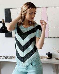 Strik selv: Top med brede zig-zag-striber - Hendes Verden - ALT.dk Summer Sweaters, Summer Knitting, How To Purl Knit, Hand Knitted Sweaters, Pulls, Clothing Patterns, Knit Dress, Amazing Women, Crochet Top