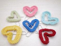Tutoriale DIY: Cómo hacer un marcapáginas de crochet con forma de corazón vía DaWanda.com