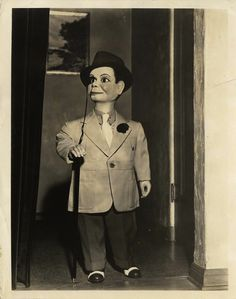 Charlie McCarthy was Edgar Bergen's famed ventriloquist dummy partner. Charlie was part of Bergen's act as early as high school, and by was attired in his famous top hat, tuxedo, and monocle. In the photo above, he tried a somewhat more casual outfit. Paul Winchell, Charlie Mccarthy, Ventriloquist Dummy, Candice Bergen, Punch And Judy, Creepy Dolls, Doll Parts, Classic Tv, Mannequins
