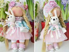 Straccio panno bambola fatta a mano bambola bambino bambola morbida bambola bionda colori rosa tessuto bambola tessile bambola bambola amore per arte di Master Tanya E.   Ciao, cari visitatori!  Si tratta di fatti a mano morbida bambola creata da Master Tanya E. (Mosca, Russia).  Bambola è alto 26 cm (10,08 pollici).  Bambole e giocattoli sono realizzati da materiali di qualità - Tessuto bambole europeo e/o cotone 100% americano. Elementi lavorati a maglia sono realizzati in lana e/o mohair…