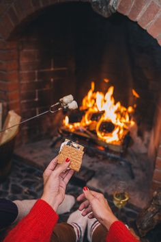 Gal Meets Glam Fall Colors In Vermont - Making s'mores at The Pitcher Inn