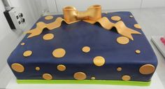 A navy base make the metallic accents really pop! #cakespiration