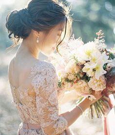 Sempre falamos da importância de harmonizar o penteado com o estilo do vestido…