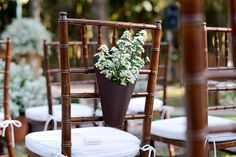 Detalhe cerimônia de casamento na fazenda - Cadeira decorada com flores ( Decoração: Cenográphia   Foto: Rejane Wolff )