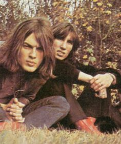 One of my top 10 favorite dynamic duos David Gilmour and Roger Waters ....................AVEC LES CHEVEUX TRÈS LONGS