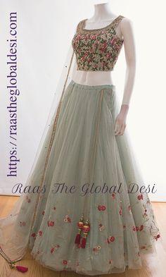 Vestidos de grife on-line - Designer dresses Short - Gowns Bridal Lehenga Online, Designer Bridal Lehenga, Indian Bridal Lehenga, Indian Bridal Outfits, Indian Gowns Dresses, Indian Fashion Dresses, Dress Indian Style, Indian Designer Outfits, Lehenga Gown
