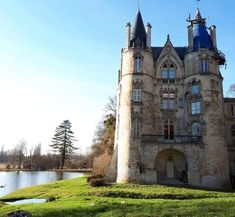 Chateau de Mont Levêque Beautiful Castles, Beautiful Places, Beautiful Pictures, Places Worth Visiting, French Castles, Oise, Cathedral Church, Fortification, Abandoned Places