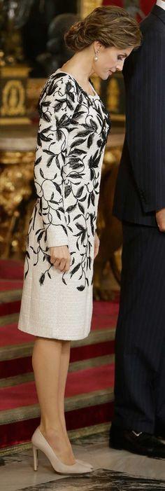 La reina ha elegido este elegante, discreto y cómodo diseño de Felipe Varela . 12.10.2016