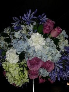 centro de mesa. Rosas, claveles, agapandos, hortensias!!