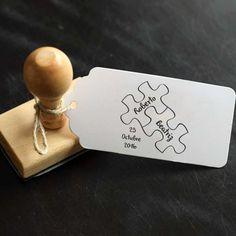 Sello de 4x4cm con divertido diseño para esas parejas que encajan como piezas de puzzles. Nombres y fecha personalizable. Diseño de 2brain.es