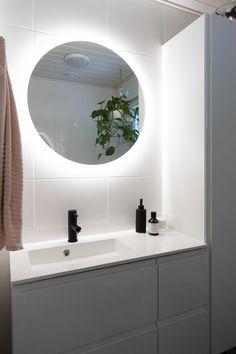 Pyöreä peili on paitsi wc:n kaunis yksityiskohta, myös olennainen osa tilan valaistusta. | uniquehome.fi Hana, Bathroom Lighting, Mirror, Unique, Furniture, Home Decor, Bathroom Light Fittings, Bathroom Vanity Lighting, Decoration Home