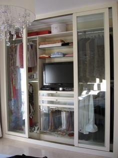 Armario con puertas de cristal y espacio para la t.v.