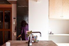 ブラックボード(黒板)のような色ですが、ホワイトボード。DIYで塗装しました。   #G様邸新御徒町 #ホワイトボードペイント  #ホワイトボード塗料 #DIY #お絵かきボード #壁 #狭小住宅 #インテリア #EcoDeco #エコデコ #リノベーション #renovation #東京 #福岡 #福岡リノベーション #福岡設計事務所 Mirror, Mirrors