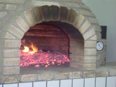 Forno de pizzaria.   Esse forno eu construí para uma pizzaria que eu possuía.          Material:   450 tijolos refratários   Massa refrat...