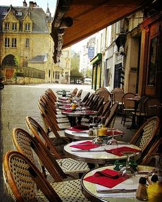 I want to eat Parisian food in a little cafe like this one <3