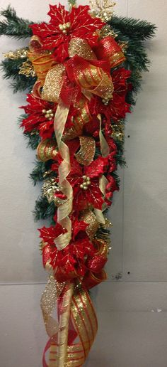 Super Red And Gold Swag. My Holiday colors are Burgundy and Hunter Green. Christmas Front Doors, Ribbon On Christmas Tree, Christmas Swags, Christmas Scenes, Christmas Tree Themes, Gold Christmas, Christmas Design, Beautiful Christmas, Christmas Holidays
