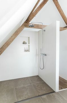 Ein Badezimmer unter Abhang oder Dachboden in 52 F. - A bathroom under the hillside or attic in 52 feet - . Attic Master Bedroom, Attic Bathroom, Attic Rooms, Attic Spaces, Bathroom Interior, Shower Bathroom, Modern White Bathroom, Simple Bathroom, Bathroom Ideas