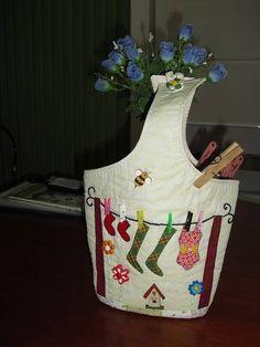 Porta pregador de roupa de patchwork. R$ 35,00 Clothespin Bag, Peg Bag, Wooden Clothespins, Recycling, Decoupage, Apron, Couture, Diy Crafts, Quilts