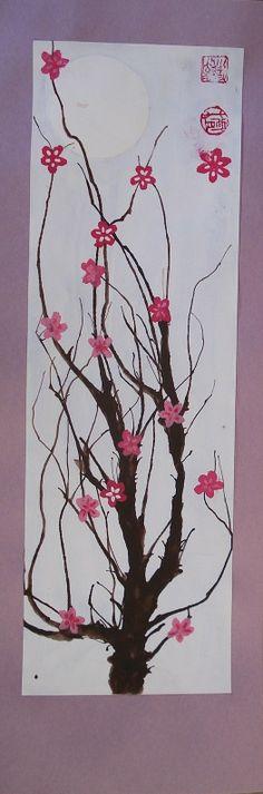 Een hangende rol in rijstpapier met een lentefris schilderij (verdund geschilderd) van Japanse kersenbloesems.