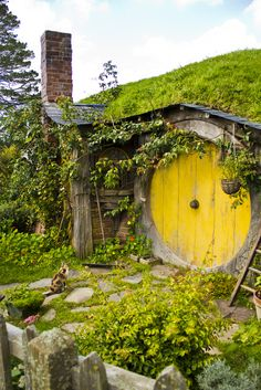 Hobbit House, New Zealand. Was this Hobbit House part of the Movie set for Lord of the Rings? Casa Dos Hobbits, Yellow Doors, Unusual Homes, The Hobbit, Hobbit Door, Hobbit Art, Fairy Houses, Mellow Yellow, Bright Yellow