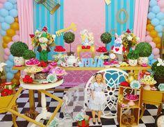 """9 curtidas, 2 comentários - Ccs Carla Christine (@ccseventoscarla) no Instagram: """"E hoje é dia de Alice no país das maravilhas.... E a festa dá Júlia.... #ccseventos #amofestas…"""""""