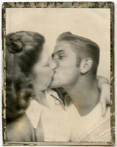 Cute vintage couple in a photo booth, Couples Vintage, Vintage Kiss, Old Couples, Vintage Romance, Couples In Love, Vintage Love, Vintage Images, Old Couple In Love, Old Love