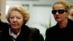 Koningin Beatrix en prinses Mabel na een bezoek aan Friso in Londen, op 2 maart.