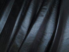 Couro ecológico com efeito craquelado - Couro Crocko (Preto). Couro ecológico com efeito craquelado, similar a pele de crocodilo. Tecido leve e maleável, ideal para peças que exijam certa flexibilidade.  Sugestão para confeccionar: Saias, shorts, jaquetas, detalhes em peças, vestidos tubinho, entre outros.
