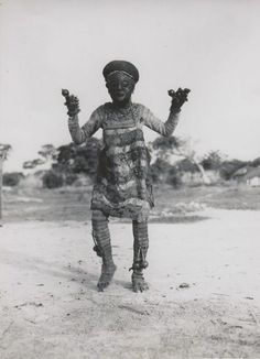 Africa | Masked Chokwe dancer. Dilolo, Lualaba District, Katanga Province, Belgian Congo. ca. 1958. || Press Photo; C. Lamote African Masks, African Art, Art Central, Belgian Congo, Photo Dream, Tribal Costume, Art Premier, Beautiful Mask, African Tribes