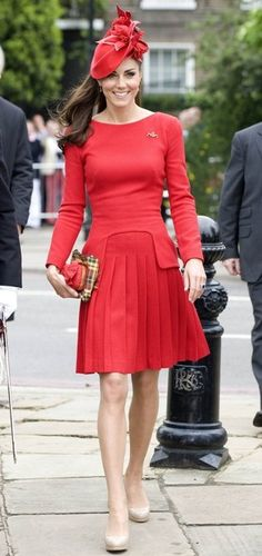 Kate Middleton Wears Red Alexander McQueen Dress For Queen's Diamond Jubilee River Pageant - Yahoo! News Singapore